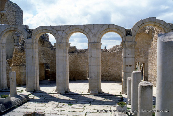 [005-1984-05] Makthar (Mactaris) : Grands thermes du Sud-Est - Palestre Nord-Est et son portique Nord
