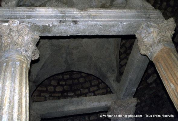 [020-1978-33] Djemila (Cuicul) : Baptistère - Détail des colonnes supportant un dais de pierre