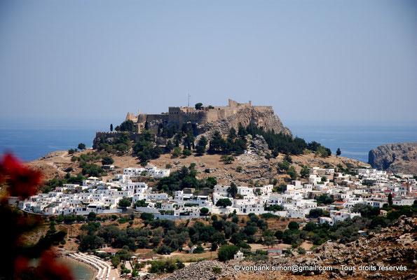 [NU901-2009-0147] Lindos (Rhodes) : Acropole et son rempart médiéval - au premier plan, le village de Lindos