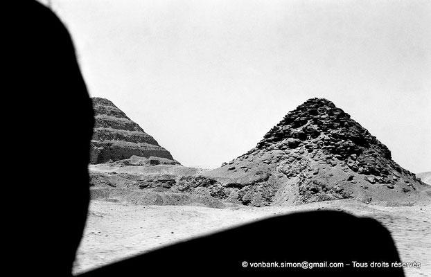 [NB080-1973-47] Saqqara - Ouserkaf : Pyramide du Roi - En arrière-plan, la pyramide à degrés de Djoser