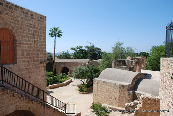 [NU900-2012-0177] Agia Napa : Cour intérieure du monastère et quelques-uns de ses bâtiments