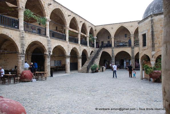 [NU905-2014-0285] Nicosie - Agia Sophia : Vue partielle de la cour intérieure du Büyük Han avec ses deux niveaux de galerie
