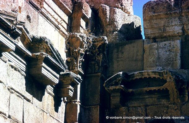 [085-1973-17] Baalbek : Temple de Bacchus - Pronaos (détail)