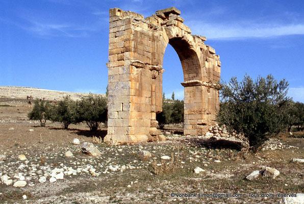 [007-1983-00] Henchir Mdeïna (Althiburos) : Arc de triomphe élevé en l'honneur d'Hadrien