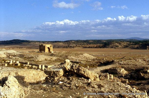 [007-1983-30] Haïdra (Ammaedara) : Théâtre - en arrière-plan, la partie haute de l'Arc de Septime Sévère