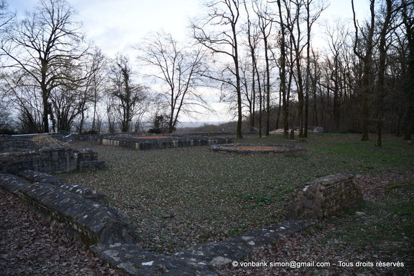 [NU800b-2019-0873] Les Bouchauds (Germanicomagus) : Assises du mur d'enceinte et des deux temples (rectangulaire et octogonal, Ier siècle) situés à l'Est du théâtre