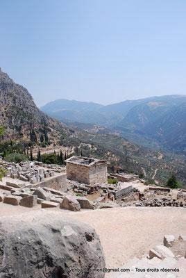 [NU901-2008-0185] GR - Delphes - Sanctuaire d'Apollon : arrière du Trésor des Athéniens (vue plongeante)