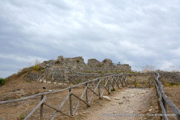 [NU906-2019-1332] Ségeste - Château médiéval : Ses ruines sont situées au sommet de l'Acropole Nord