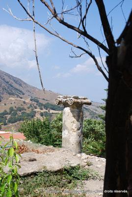 [NU900x-2013-0218] Crète - Argyroupoli : Haut de colonne et chapiteau romains