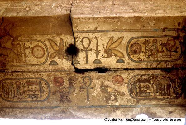 [068-1981-17] Karnak - Salle hypostyle : Architrave - Soffite sur lequel est inscrit le nom de Ramsès II