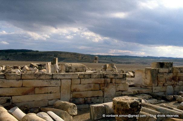 [007-1983-24] Haïdra (Ammaedara) : Basilique de Candidus (Basilique II) - En arrière-plan, le mausolée tétrastyle