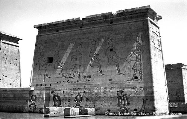 [NB076-1973-71] Philae : Temple d'Isis (parties supérieures) - Porte d'Evergete (linteau au ras de l'eau), Pylône 1, Pylône 2