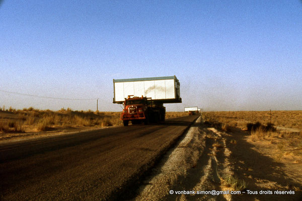 [015-1979-22] Désert - Convoi de poids lourds transportant une base vie