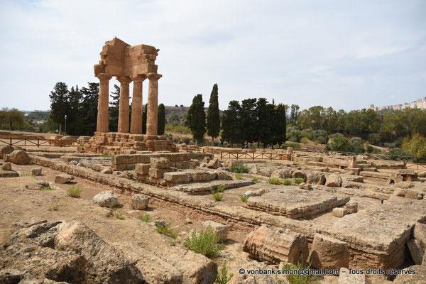 [NU906-2019-1601] Agrigente - Temple des Dioscures (Castor et Pollux) : Fondation du haut socle rectangulaire du temple - Angle intérieur Nord-Ouest