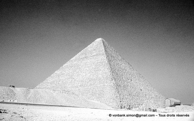 [083-1973-11] Gizeh - Khéops : La pyramide du Roi - En avant-plan, sur la droite, la structure moderne du musée de la barque solaire