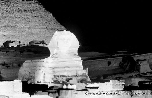 [NB081-1973-29] Gizeh - Son et lumière : Le grand sphinx - En arrière-plan, la pyramide de Khéphren