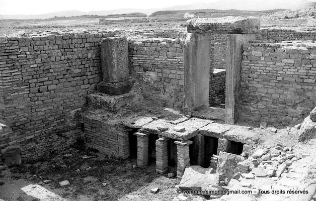 [NB047-1978-54] Timgad (Thamugadi) : Les grands thermes du Sud - Caldarium et hypocauste avec accès au Laconicum