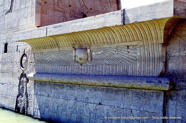 [080-1973-04] Philae : Temple d'Isis - Linteau situé entre les deux massifs (Pylône 1)