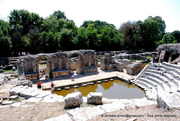 [NU902-2010-103] Butrint (Buthrotum) : Théâtre (Cavea, Orchestre inondé, Scène, Mur de scène)