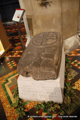 [NU002p-2016-0105] Dublin - Cathédrale Saint-Patrick : Pierre tombale et ses deux symboles chrétien et celtique
