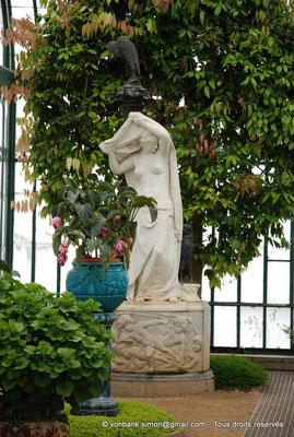 """[NU900c-2012-0210] B - Bruxelles - Laeken : Serres royales - """"L'Aurore"""", une statue du sculpteur Charles van der Stappen (1843-1910) - en arrière-plan, un cannelier"""