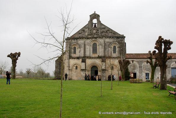 [NU904-2015-0059] 17 - Sainte-Gemme - Façade occidentale : Eglise et bâtiments claustraux