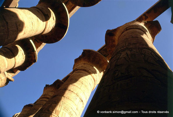 [082-1973-15] Karnak - Salle hypostyle : Allée principale (colonnes à chapiteaux papyriformes ouverts)