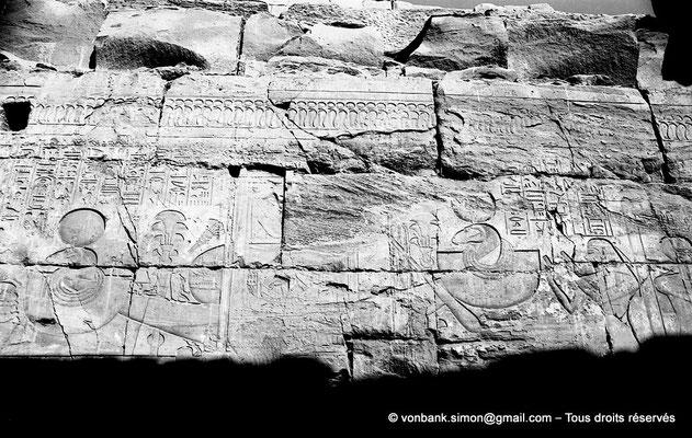 [NB077-1973-38] Karnak - Temple de Séthi II : Paroi Ouest de la chapelle d'Amon -  Séthi II encense la barque d'Amon dont la poupe et la proue sont décorées d'une tête de bélier