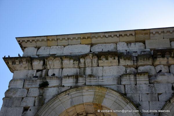 [NU910-2020-2074] Saintes (Mediolanum Santonum) : Vue partielle de la face Ouest de l'arc votif - Détail de la dédicace ... Germanicus