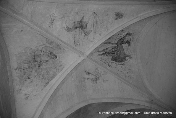 [NU904-2015-0018a] 17 - Trizay - Prieuré Saint-Jean l'Évangéliste : Sur les voûtains du réfectoire, décor peint représentant les symboles de 4 évangélistes : L'aigle (Saint-Jean), le lion (Saint-Marc), l'ange (Saint-Matthieu) et le bœuf (Saint-Luc)