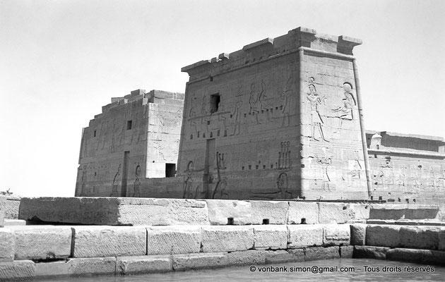 [NB076-1973-67] Philae : Temple d'Isis (parties supérieures de la façade Est) - Toit terrasse de l'Edifice à portique, Pylône 2, Pronaos