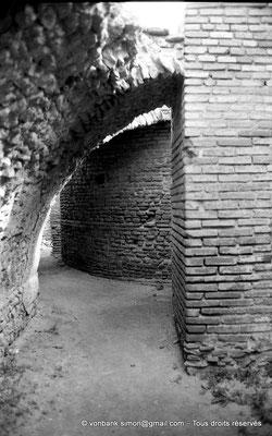 [NB047-1978-50] Timgad (Thamugadi) : Les grands thermes du Sud - Galerie de chauffe