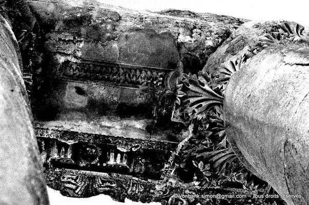 [085-1973-22] Baalbek : Temple de Bacchus - Chapiteau et architrave du bas-côté (détail)