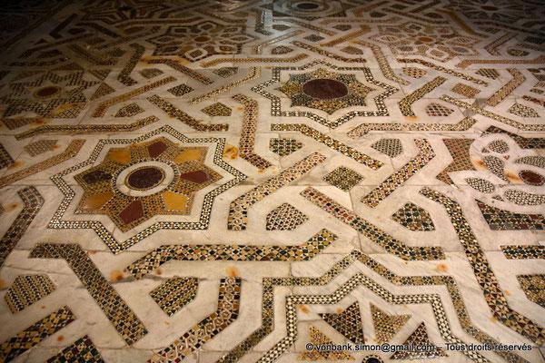 [NU906-2019-1718] Santa Maria Nuova (Monreale) :  Sol couvert de mosaïques de marbre, porphyre et granit