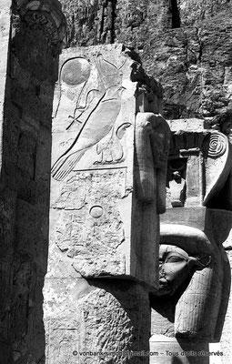 [NB086-1981-33] Deir el-Bahari : Temple d'Hatchepsout - Partie supérieure de piliers hathoriques (chapelle d'Hathor)