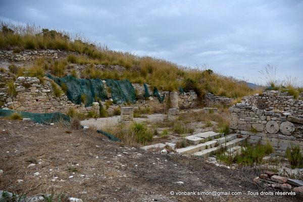 [NU906-2019-1372] Ségeste - Agora : Vue partielle des ruines du portique monumental Nord