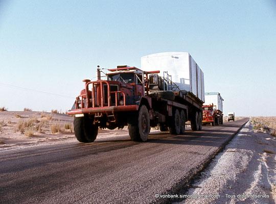 [015-1979-24] Désert - Convoi de poids lourds transportant une base vie