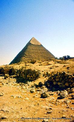[087-1973-20] Gizeh - Khéphren : La pyramide du Roi - Son sommet a conservé son revêtement lisse de calcaire blanc de Tourah