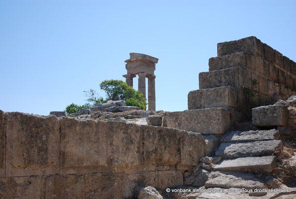 [NU901-2009-0104] Rhodes : Sanctuaire d'Apollon Pythien (colonnes relevées)