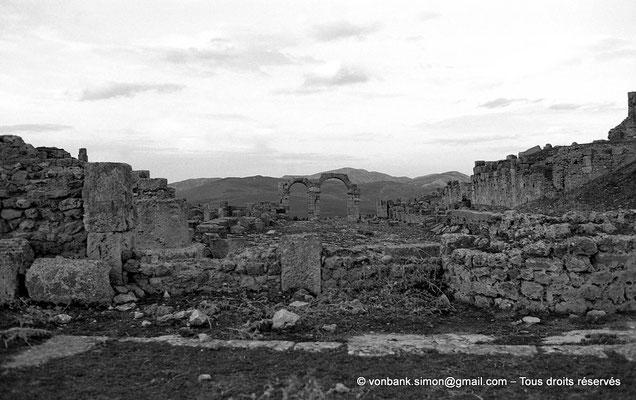 [NB034-1978-41] Khemissa (Thubursicu Numidarum) : Le nouveau forum avec en arrière-plan, l'arc à trois baies