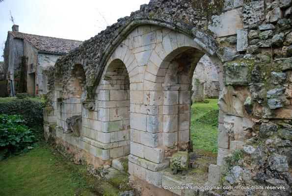 [NU904-2015-0071] 17 - Sainte-Gemme - Salle capitulaire : Mur intérieur occidental avec ses ouvertures donnant sur la galerie Est du cloître