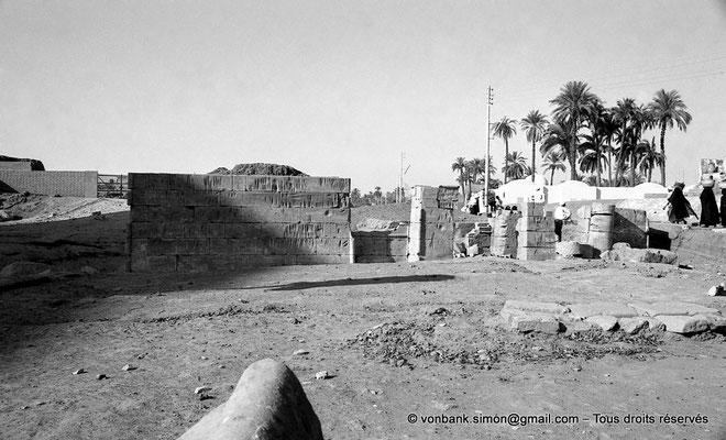 [NB077-1973-10] Karnak - Parvis du Temple : Depuis la rampe d'accès de Taharqa, vue sur la chapelle d'Achôris