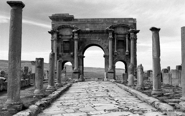 [NB034-1978-29] Timgad (Thamugadi) : Decumanus maximus, en direction de Lambaesis - Arc de Trajan