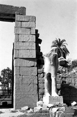 [NB070-1973-24] Karnak - Propylées du Sud : Porte du pylône X (face Nord) - Statue au nom de Ramsès II