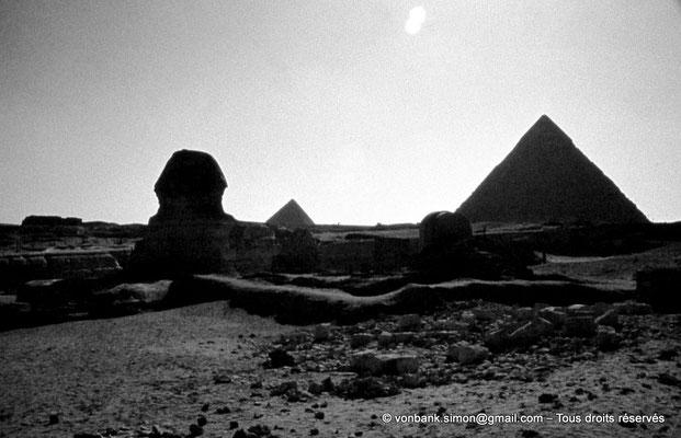 [083-1973-23] Gizeh - Grand sphinx : En arrière-plan du sphinx, les pyramides de Mykérinos et de Khéphren (à droite)