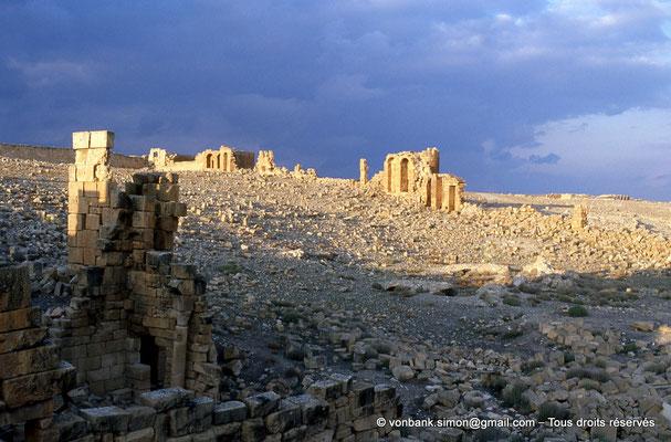 [034-1983-08] Haïdra (Ammaedara) : Intérieur de la citadelle byzantine - Sur la gauche, l'église de la citadelle byzantine -Basilique III-