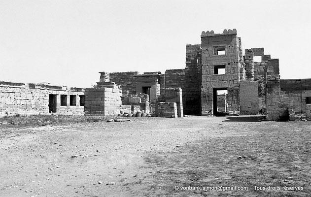 [NB086-1981-49] Medinet Habou : le Migdol - sur la gauche, ruines du petit temple des Thoutmosides (intérieur du site)