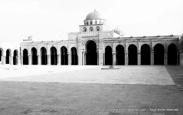 [NB012-1981-20] Kairouan : Mosquée Oqba Ibn Nafi - Portique Sud - Au premier plan, margelle de puisage de l'eau dans la citerne souterraine