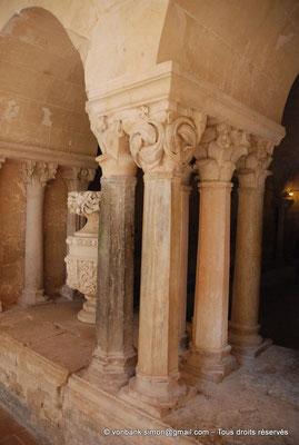 [NU001-2017-578] 34 - Villeveyrac - Valmagne : Salle capitulaire - Groupes de colonnettes à chapiteaux décorés de feuillage