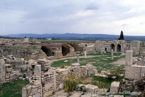 [034-1983-25] El Krib (Musti) : Forteresse byzantine - Les trois citernes voûtées et constructions internes